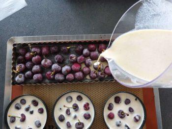 Déposer des cerises dans votre plat à clafoutis et verser la préparation à clafoutis au moins à la hauteur des cerises