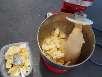 Ajouter le beurre en plusieurs fois, en continuant le pétrissage