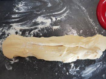 Terminer le pétrissage et faisant quelques pliages de la pâte à brioche