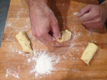 Aplatir puis rabattre les bord vers le centre de la pâte pour commencer à former une boule