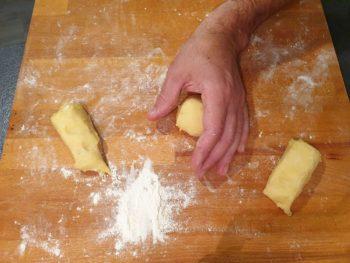 A l'aide du creux de votre main, plaquer la boule contre le plan de travail et faite avancer votre main afin de former une belle boule uniforme, bien serrée