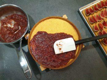 Quand votre fond de tarte est cuit, répartir la compotée de figues dessus