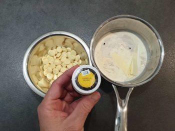 Utiliser une gousse de vanille de qualité ou bien, de bons extraits de vanille