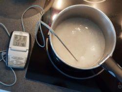 Faire chauffer le sucre + l'eau avec un thermomètre
