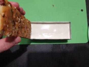 Déposer le biscuit, face imbibée contre la mousse