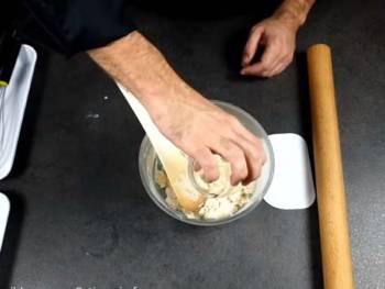 Démarrer cette recette de pâte feuilletée en versant la farine, le sel puis l'eau dans un cul de poule ou bol de robot