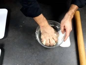 Finir de pétrir à la main