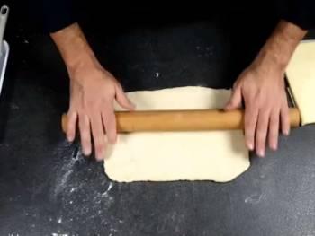 Abaisser un peu votre détrempe et former un rectangle parfait, aussi long que votre beurre