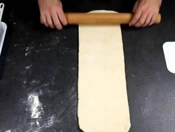 Abaisser progressivement, en gardant un rectangle parfait, en fleurant avec un peu de farine régulièrement