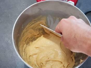 Régulièrement, corner pour recentrer la pâte.