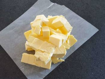 Votre beurre devra être coupé en dès et de texture assez molle