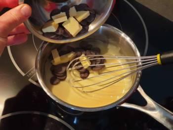 Sortir la crème pâtissière du feu, continuer à remuer quelques instants puis verser le chocolat et le beurre