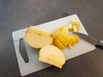 Découper une partie de pomme bien mûre en petit dès