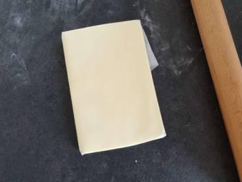 Coincer le beurre avec des pliages pour former un rectangle