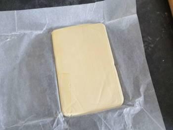Déballer votre beurre et contrôler sa texture : elle doit être similaire à la pâte. Remettre au frais s'il est trop mou.