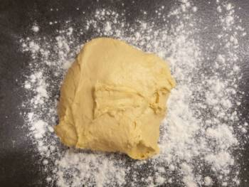Verser la pâte de votre brioche au levain sur le plan de travail fariné