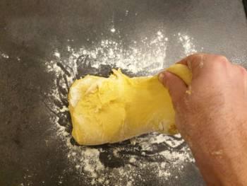 Reproduire plusieurs fois manipulations : étirer une partie de la pâte...