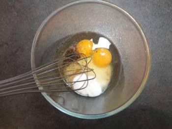 En parallèle, blanchir le sucre, le sel et les œufs