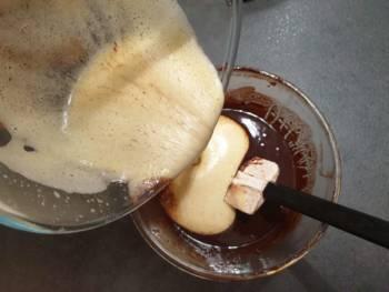 Verser sur le chocolat et beurre tiède