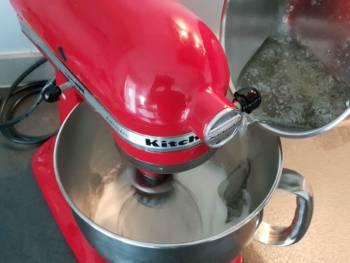 Quand le sirop est à température, stopper la cuisson, laisser débuller un peu et verser assez rapidement avec le fouet à vitesse pas trop rapide