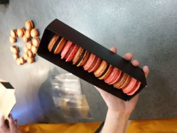 """Assembler les macarons et les laisser dans une boite au frais durant 12 à 36h. Là, une belle boite de chez """"Les Toqués des Boites""""."""