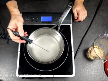 Faire cuire le sirop (eau + sucre) jusqu'à 103°C