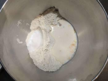 Lancer cette recette de pain au lait en mettant tous les ingrédients dans l'ordre sauf le beurre dans une cuve de robot