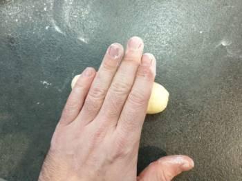 Puis, allonger avec la main pour donner la forme définitive du pain au lait.