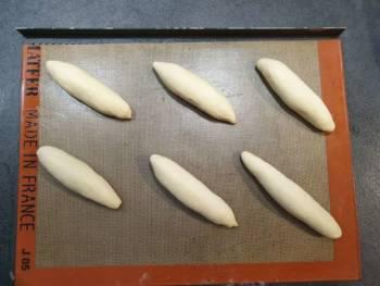 Déposer vos futurs pains au lait sur une plaque, bien espacés