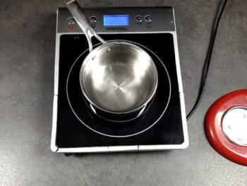 Préparer un bain marie : une casserole et y faire chauffer un peu d'eau