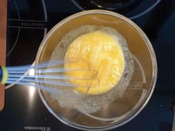 En parallèle, détendre le sucre inverti avec les jaunes d'œufs.