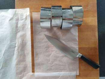 Découper un papier aussi long que vos moules et de la même circonférence