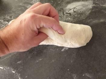 Replier une 3ème fois le pâton sur lui même et souder la pâte