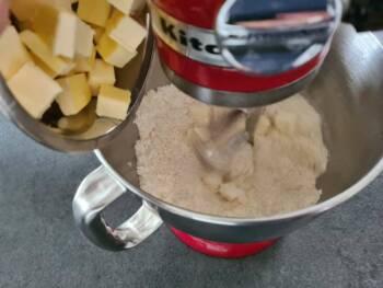 Ajouter le beurre en dès froid