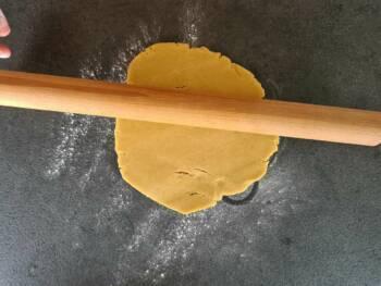 Récupérer la pâte la plus grosse des deux et l'étaler progressivement (attention, elle craque si elle est trop froide). Essayer d'abaisser à 5 mm environ.