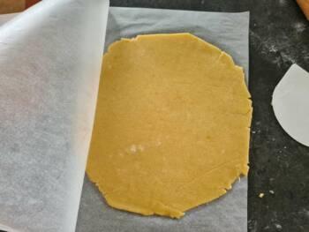 Je vous conseille la technique de placer votre pâte entre 2 papiers cuissons, c'est beaucoup plus agréable pour abaisser la pâte.