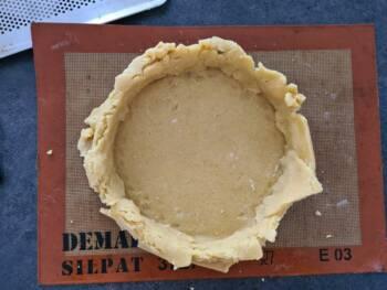 Foncer comme vous pouvez votre cercle avec cette pâte très friable. Bien faire épouser la pâte sur le bord et le fond du cercle. Mettre à reposer au frais (ou congélateur)