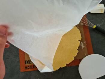 Déposer votre pâte sur la cercle et souder les bords.
