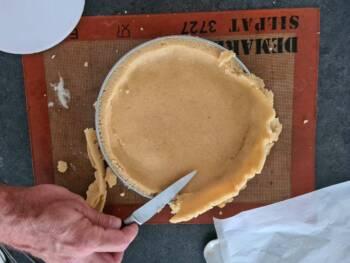 Retirer l'excédent de pâte à l'aide d'un couteau