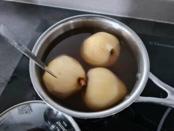 Au bout de ~ 20 min, contrôler la cuisson, la poire doit être assez molle.
