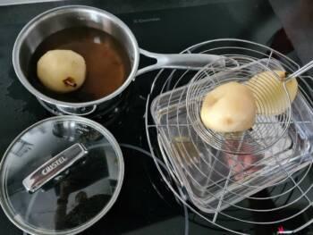 Sortir les poires et les égoutter.