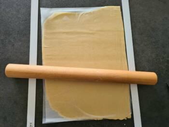 Abaisser votre pâte entre 2 feuilles de papier cuisson et laisser reposer au frais plusieurs heures.