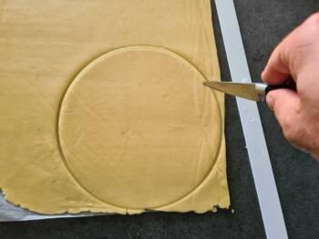 Poser votre cercle sur la pâte froide et découper d'un diamètre légèrement plus petit