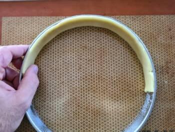 Déposer une bande de pâte contre le cercle, bien plaquer vers le bas