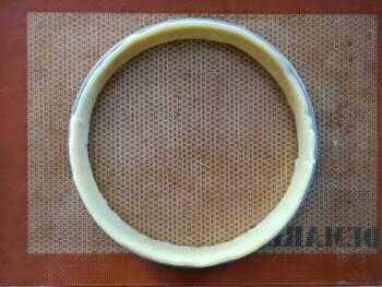Appliquer une autre bande de pâte, couper l'excès de pâte. Bien faire épouser la pâte tout autour du cercle.