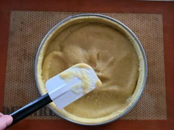 Déposer une petite couche de crème d'amande sur votre fond de tarte