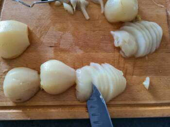 Trancher vos poires légèrement en biais en tranche de 4 mm environ