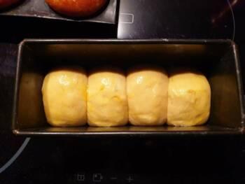 Après la pousse, dorer votre brioche Nanterre avec un mélange œuf + sel