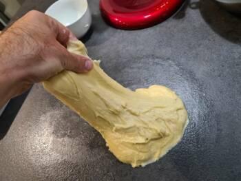 Vous pouvez finir de pétrir en faisant des rabats : étirer la pâte d'un coté