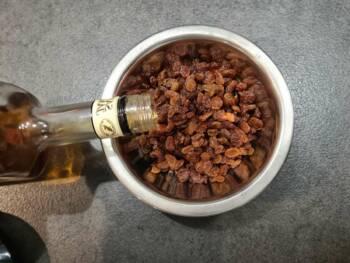 Rincer à grande eau tiède vos raisins durant quelques minutes pour les débarrasser de leur cire. Les mettre à réhydrater avec de l'eau et/ou une pointe d'alcool